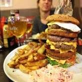 the-king-tower-chez-megane-et-bastien-porte-bien-son-nom-cest-le-plus-gros-burger-dangouleme-pour-les-tres-tres-grosses-faims